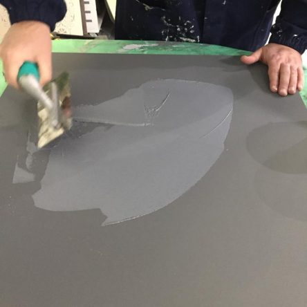 applicazione ferro con spatola acciaio